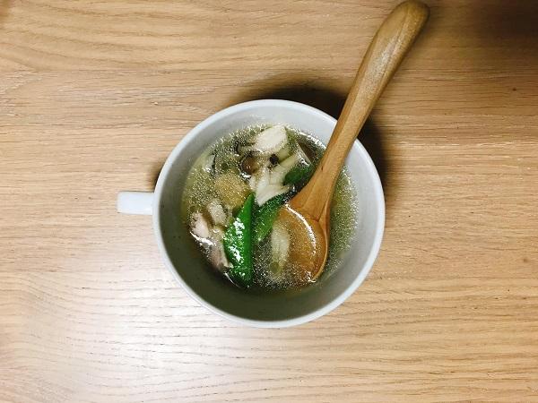 鶏肉と絹さやの中華スープ